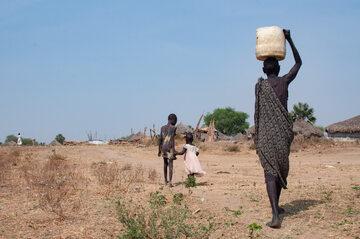 Sudan Południowy. Kobieta i dzieci w drodze do domu