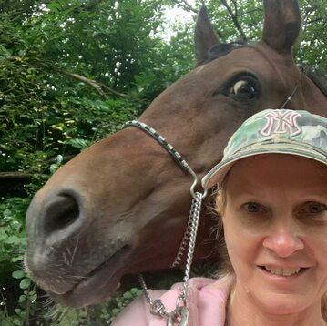 Susan Govindasamy z koniem