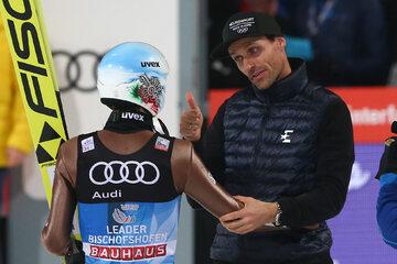 Sven Hannawald gratuluje wygranej w TCS Kamilowi Stochowi