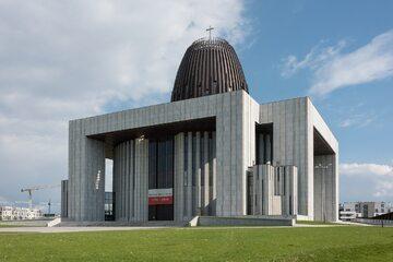 Świątynia Opatrzności Bożej od strony ul. Prymasa Augusta Hlonda (2020)