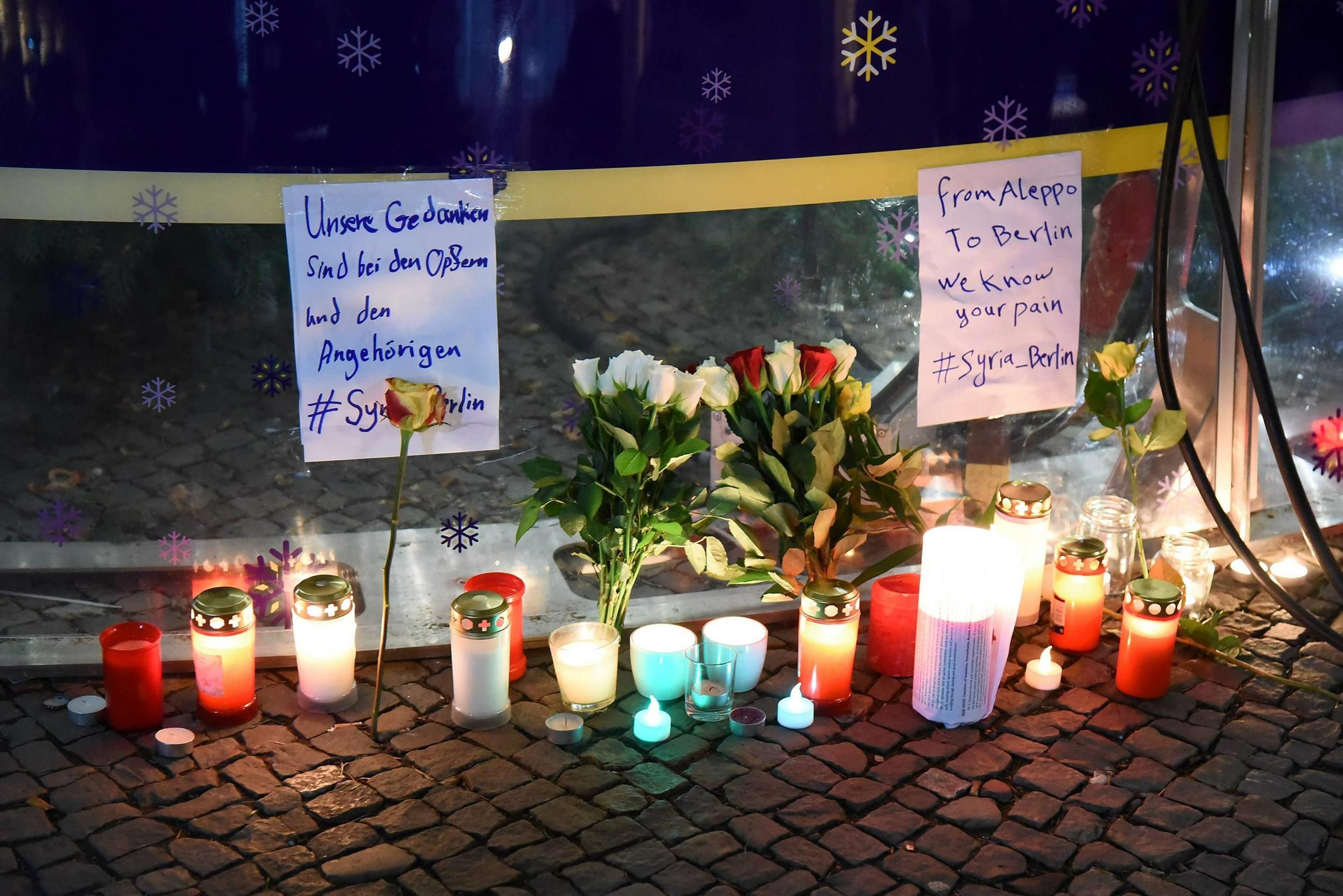 Świece i kwiaty w miejscu zamachu, grudzień 2016