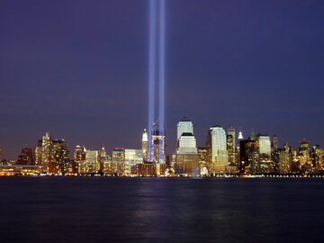 Świetlny pomnik na miejscu zburzonych wież WTC