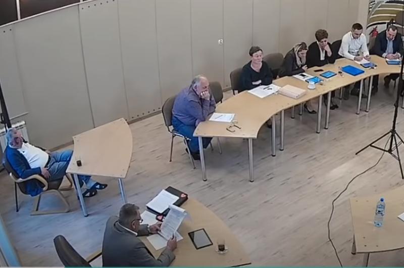 Sylwiusz Jakubowski na posiedzeniu Rady Gminy (pierwszy z lewej)