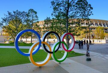 Symbol igrzysk przed jednym ze stadionów