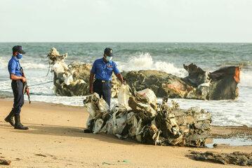 Szczątki kontenerowca X-Press Pearl u wybrzeży Kolombo na Sri Lance