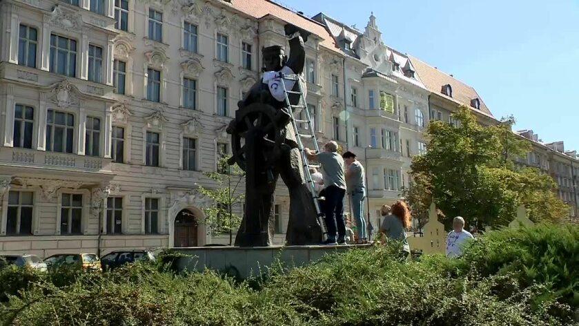 """Szczecin. Pomnik w koszulce z napisem """"Konstytucja"""""""