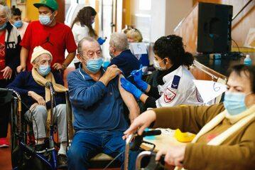 Szczepienia pensjonariuszy domów opieki w Izraelu, grudzień 2020
