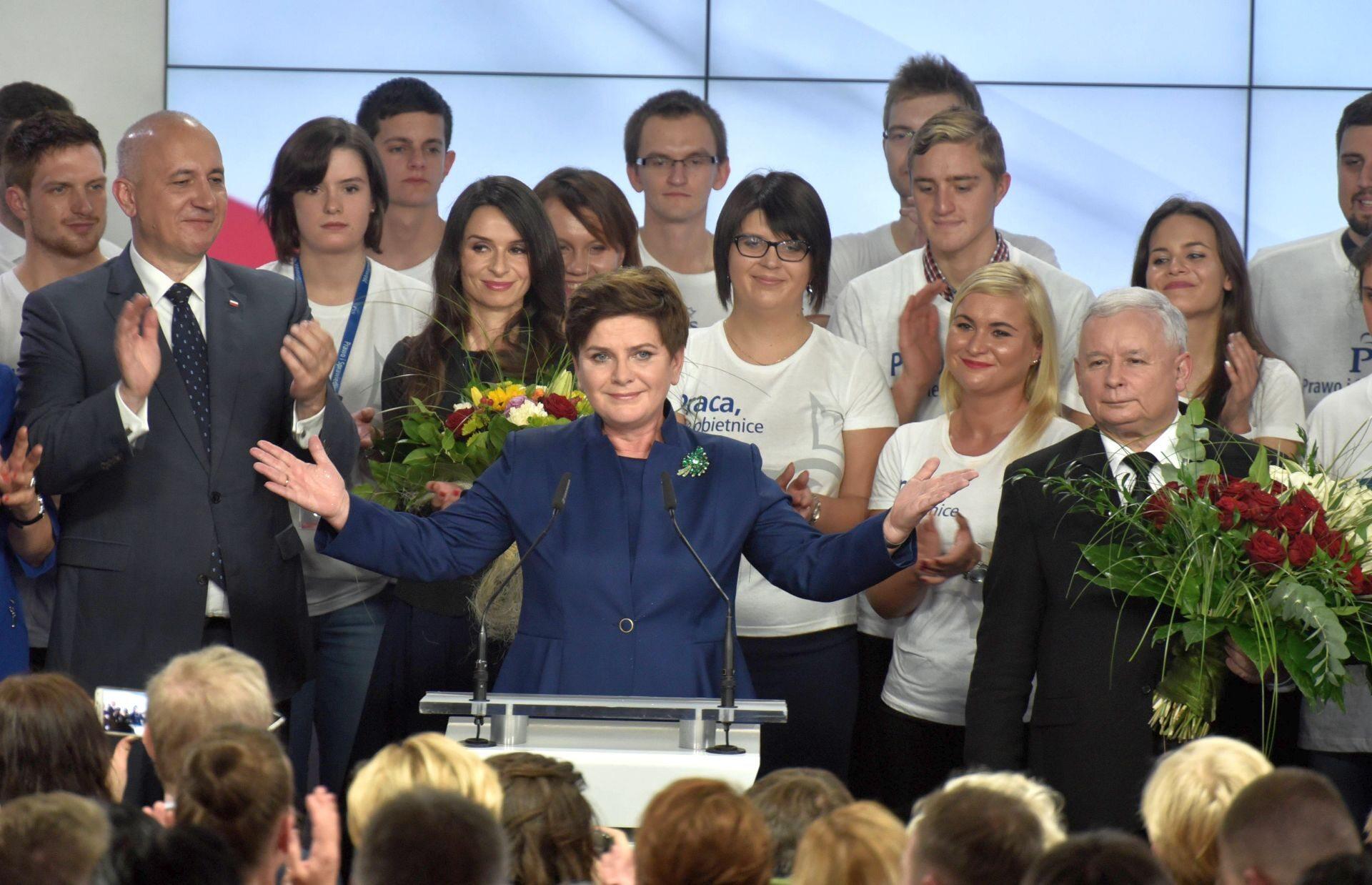 Sztab PiS po wygranych wyborach parlamentarnych w 2015 roku
