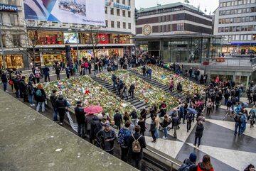 Sztokholm, mieszkańcy upamiętniają ofiary zamachu z 7 kwietnia