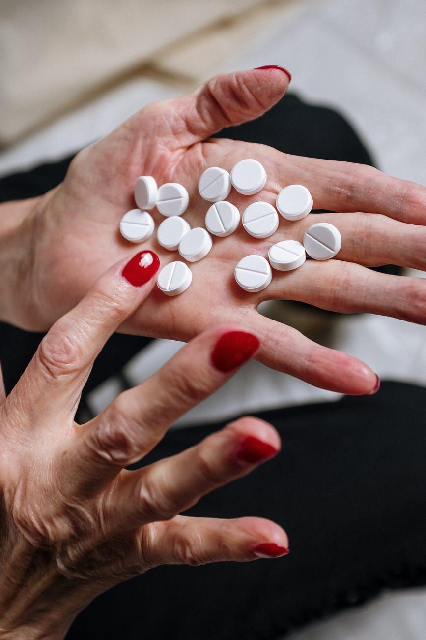 Tabletki na dłoni