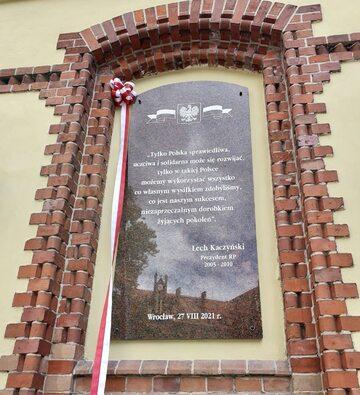 Tablica poświęcona Lechowi Kaczyńskiemu we Wrocławiu