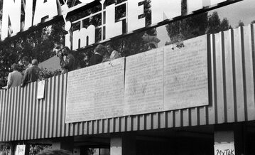 Tablice z 21 postulatami MKS umieszczone na budynku portierni przy Bramie nr 2 Stoczni Gdańskiej im. Lenina