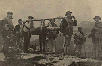 Tatrzańskie Ochotnicze Pogotowie Ratunkowe transportuje rannego w 1912 roku