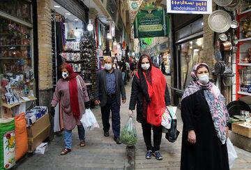 Teheran. Ludzie w maseczkach ochronnych