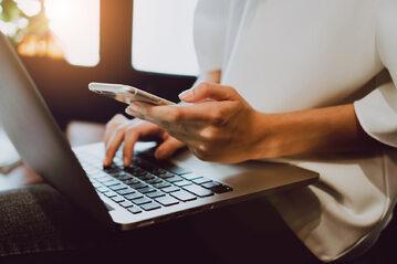 Telefon i komputer, zdjęcie ilustracyjne