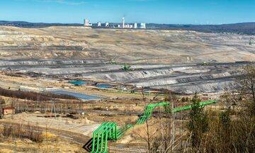 Tereny kopalni Turów, w tle Elektrownia Turów