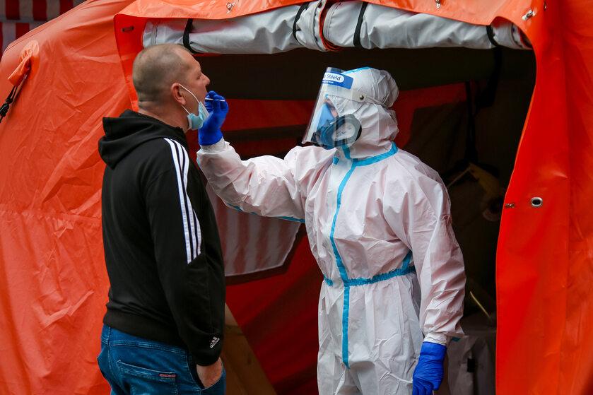 Testy na koronawirusa przed KWK Pniówek w Pawłowicach