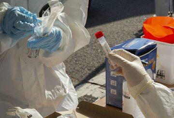 Testy na obecność koronawirusa w mobilnej klinice. Korea Południowa