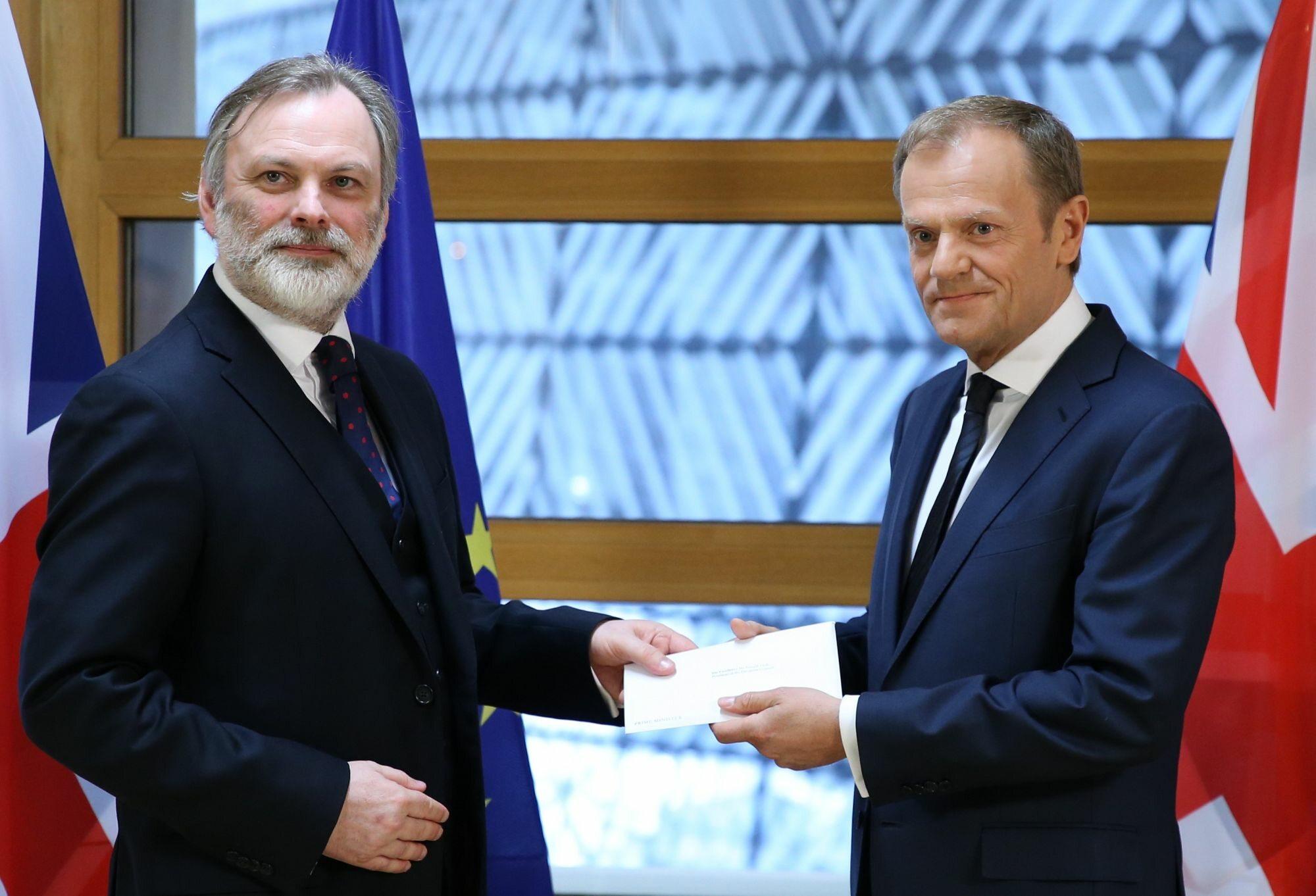 Tim Barrow składa na ręce Donalda Tuska list rozpoczynający Brexit
