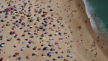 Tłum na plaży, zdjęcie ilustracyjne