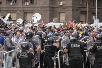 Tłumy przed Pałacem Prezydenckim w Argentynie