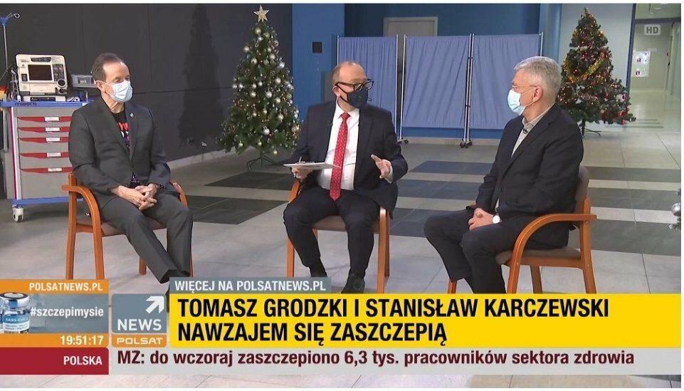 Tomasz Grodzki (z lewej) i Stanisław Karczewski (z prawej) podczas szczepienia na COVID-19