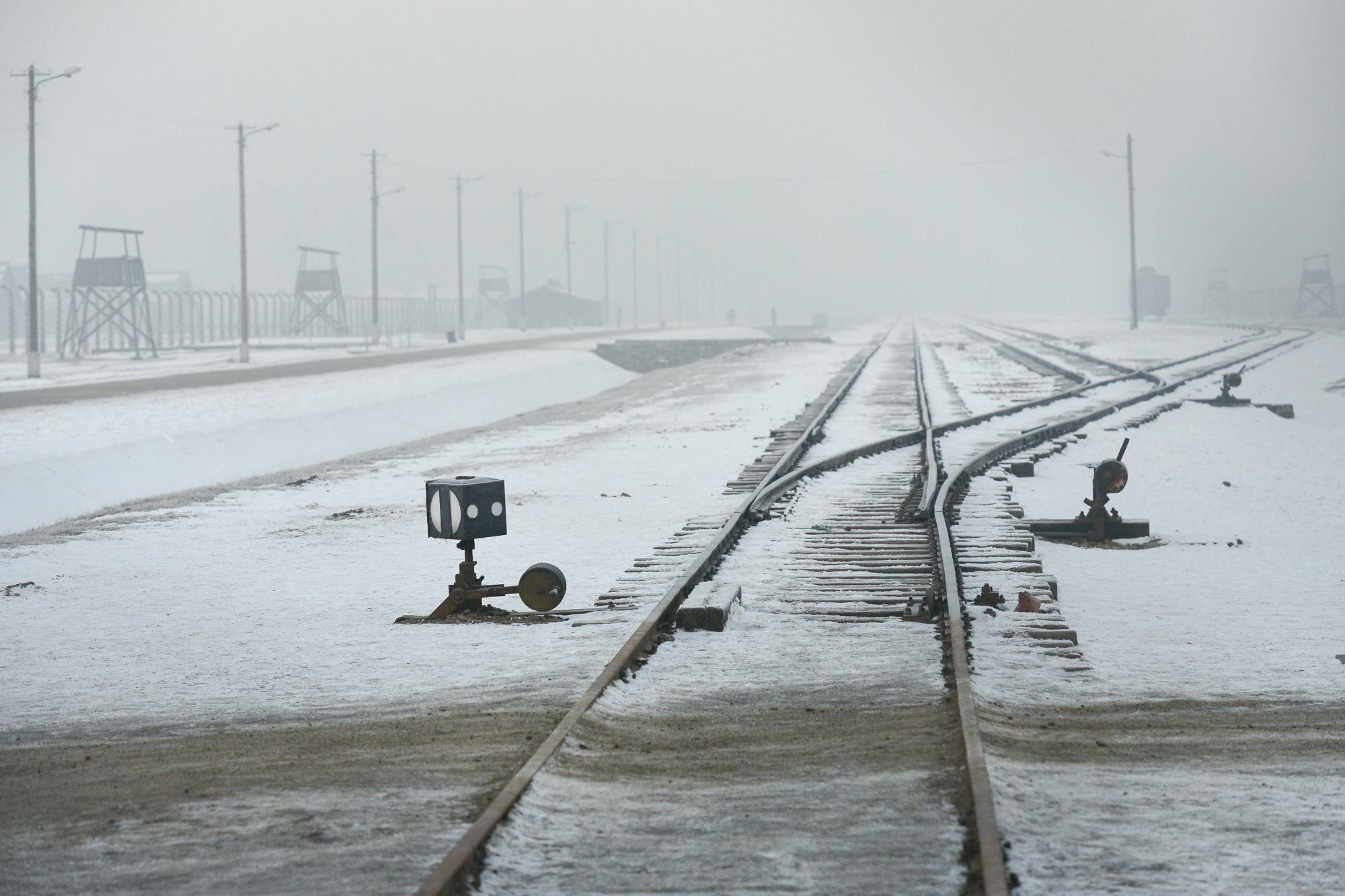 Tory kolejowe prowadzące do obozu Auschwitz