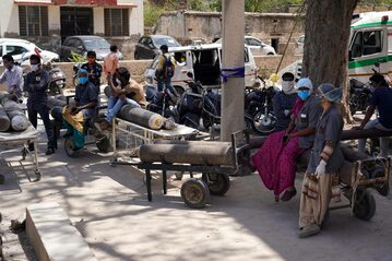 Transport butli z tlenem w Indiach