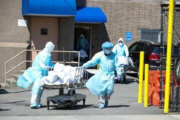 Transport ciał ofiar koronawirusa w Nowym Jorku