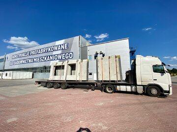Transport elementów prefabrykowanych z fabryki w Polsce na plac budowy Szwecji wymaga dobrze dopracowanych rozwiązań logistycznych.