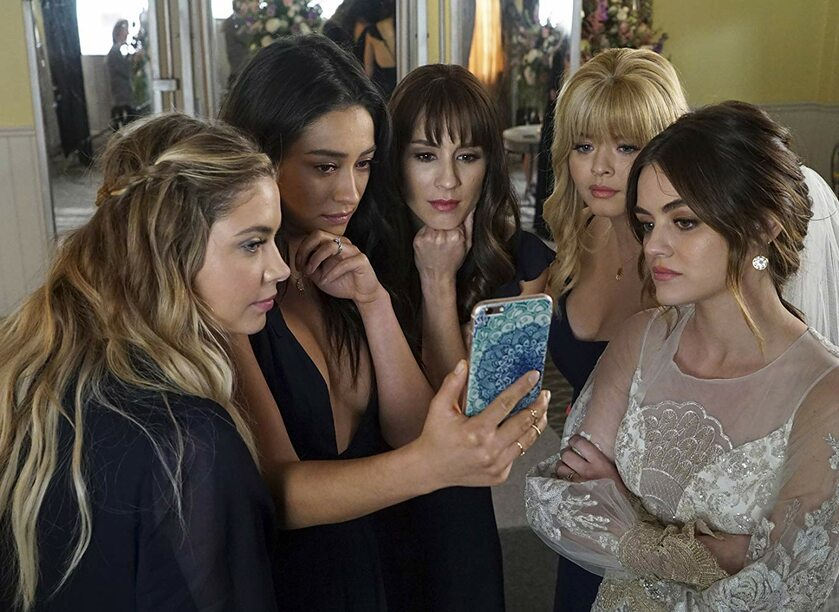 """Troian Bellisario, Sasha Pieterse, Lucy Hale, Ashley Benson i Shay Mitchell w serialu """"Słodkie Kłamstewka"""" (2010)"""