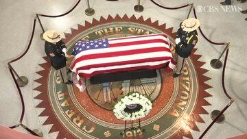 Trumna z ciałem Johna McCaina wystawiona w Arizonie