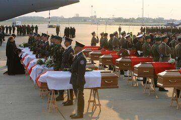 Trumny z ciałami ofiar katastrofy smoleńskiej