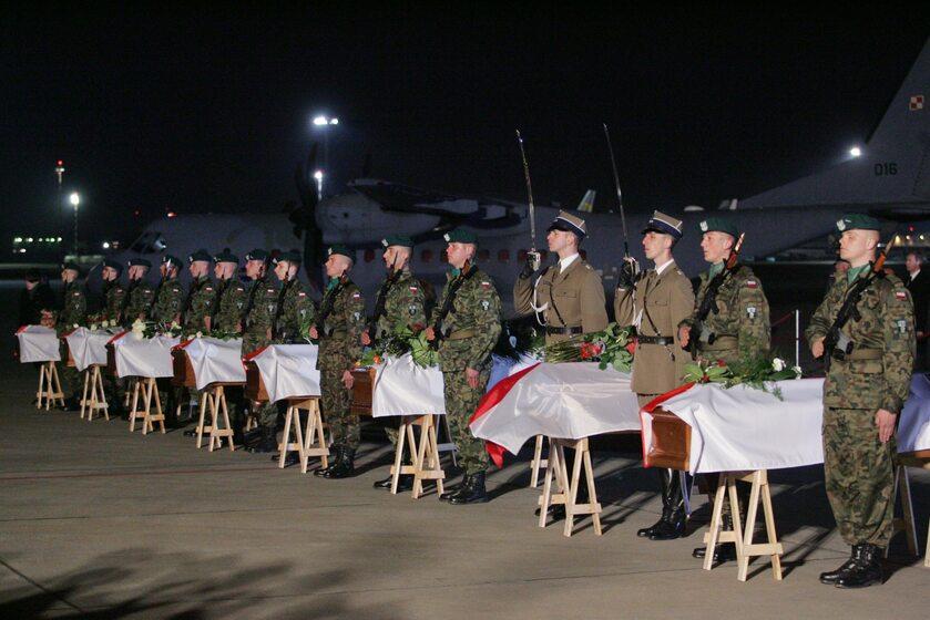 Trumny z ciałami ofiar