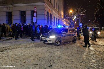 Turyści i policja na Krupówkach