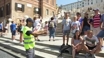 Turyści na Schodach Hiszpańskich w Rzymie