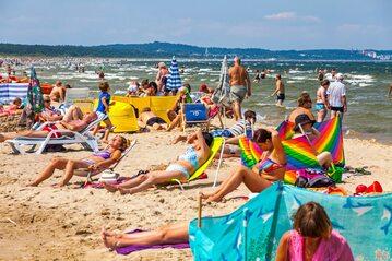 Turyści spędzający wakacje nad Bałtykiem, zdjęcie ilustracyjne