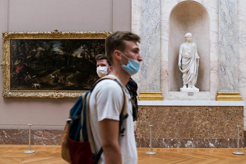Turyści w Luwrze w maseczkach