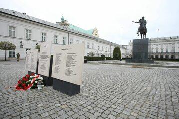 Tymczasowe tablice na Krakowskim Przedmieściu