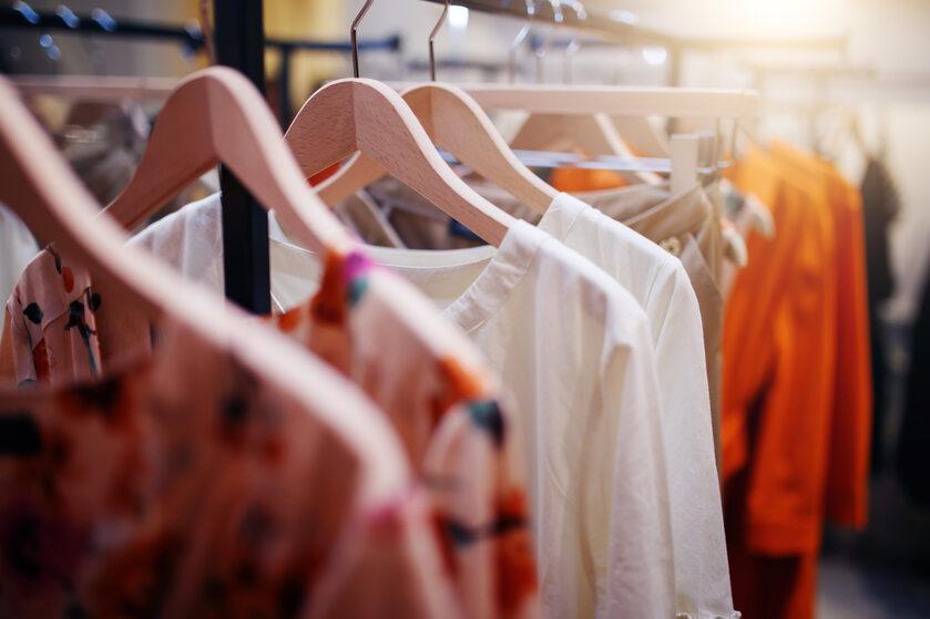 Ubrania w sklepie, zdjęcie ilustracyjne