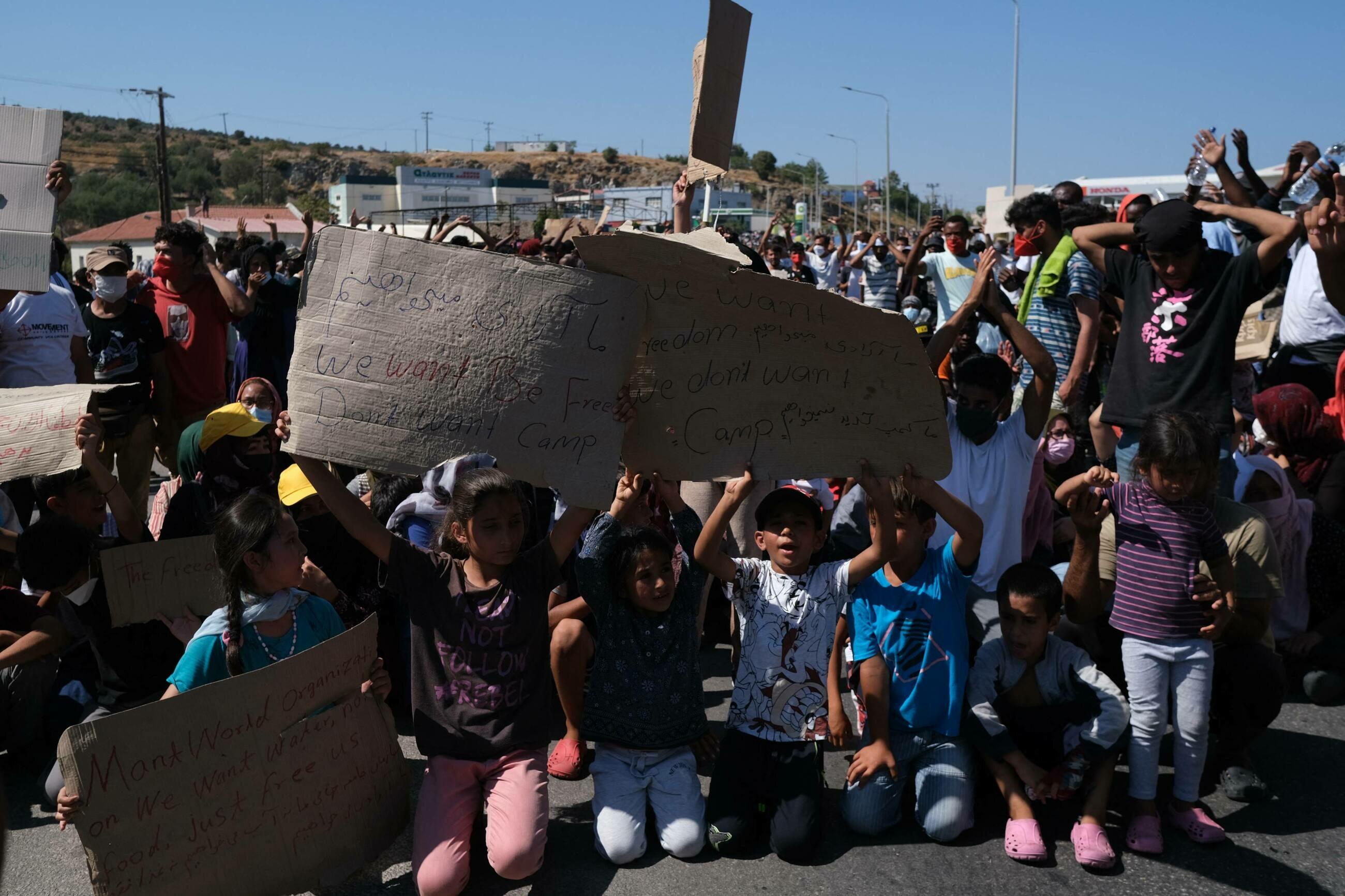 Uchodźcy, którzy w wyniku pożaru w obozie Moria na Lesbos stracili schronienie, protestują przeciwko nieludzkiemu traktowaniu