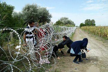 Uchodźcy przedzierający się przez granicę