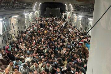 Uciekinierzy z Afganistanu na pokładzie amerykańskiego samolotu transportowego C-17