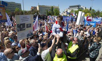 Uczestnicy marszu KOD wnoszą Ewę Kopacz na scenę