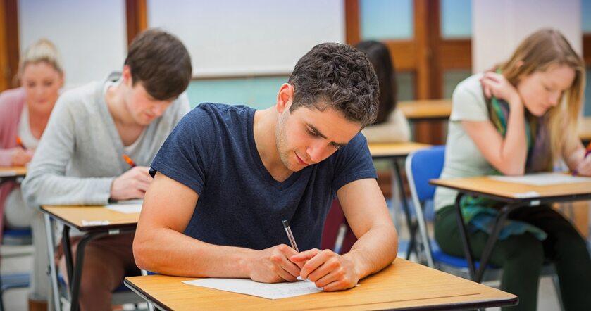 Uczniowie piszący test (zdj. ilustracyjne)