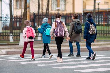 Uczniowie w drodze do szkoły, zdj. ilustracyjne