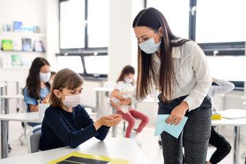 Uczniowie w klasie w dobie pandemii koronawirusa, zdjęcie ilustracyjne