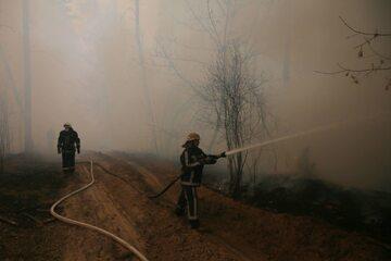 Ukraińscy strażacy walczą z pożarem lasów w czarnobylskiej zonie