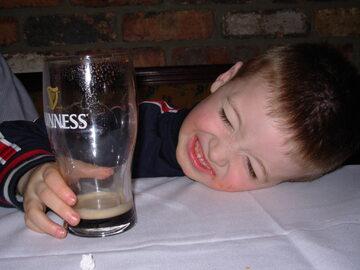 Upijają się coraz młodsi. Jak szkodzi im alkohol?