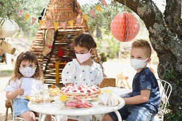 Urodziny w maseczkach ochronnych (zdj. ilustracyjne)